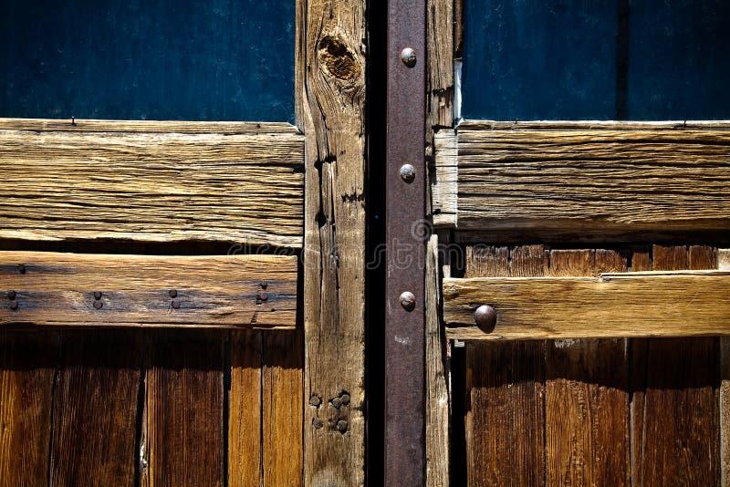 Detail van doorstane houten deur stock foto