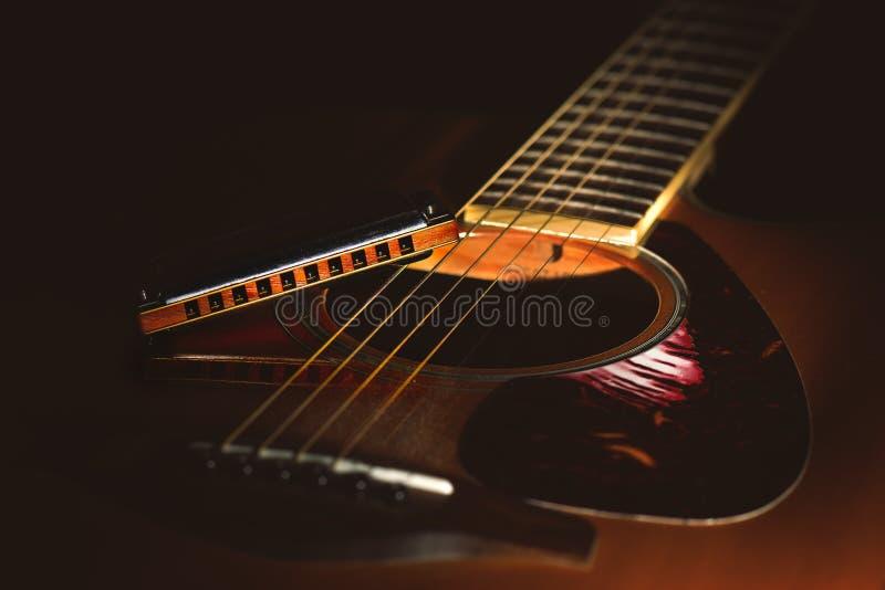 Detail van een Akoestische gitaar met de blauwharmonika van het land stock foto