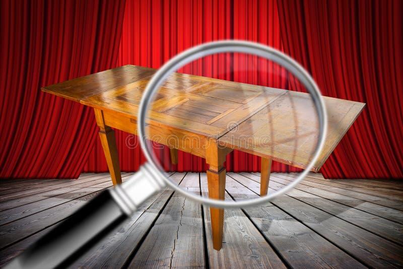 Detail van een antiek houten Italiaans enkel hersteld meubilair Conceptenbeeld met een vergrootglas bij voorgrond het zoeken stock fotografie