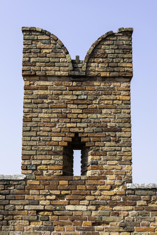 Detail van een baksteen swallowtail kantelen op Ponte Scaligero over de Rivier Adige, Verona royalty-vrije stock foto