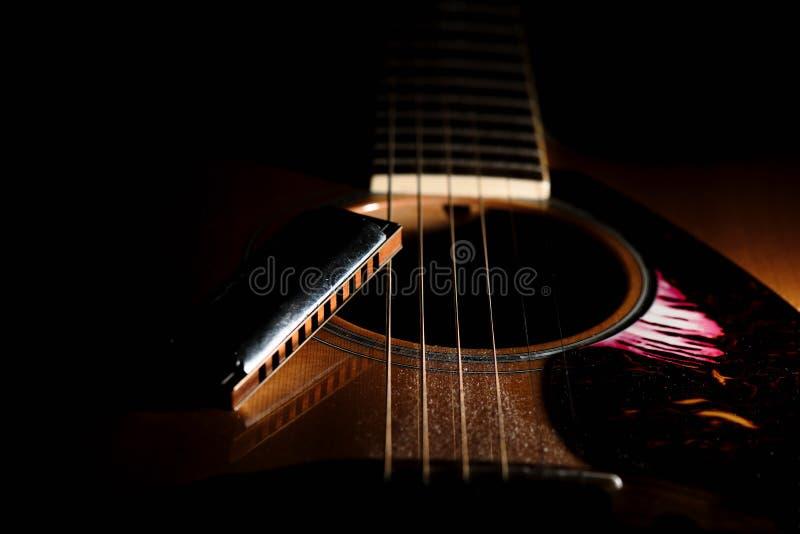 Detail van een blauwharmonika dichtbij het correcte gat van akoestisch g royalty-vrije stock afbeelding