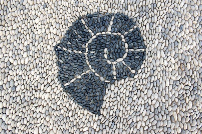 Detail van een gang van de als achtergrond, lichtgrijze en witte kleuren die van rivierkiezelstenen wordt gemaakt, steen stock afbeeldingen