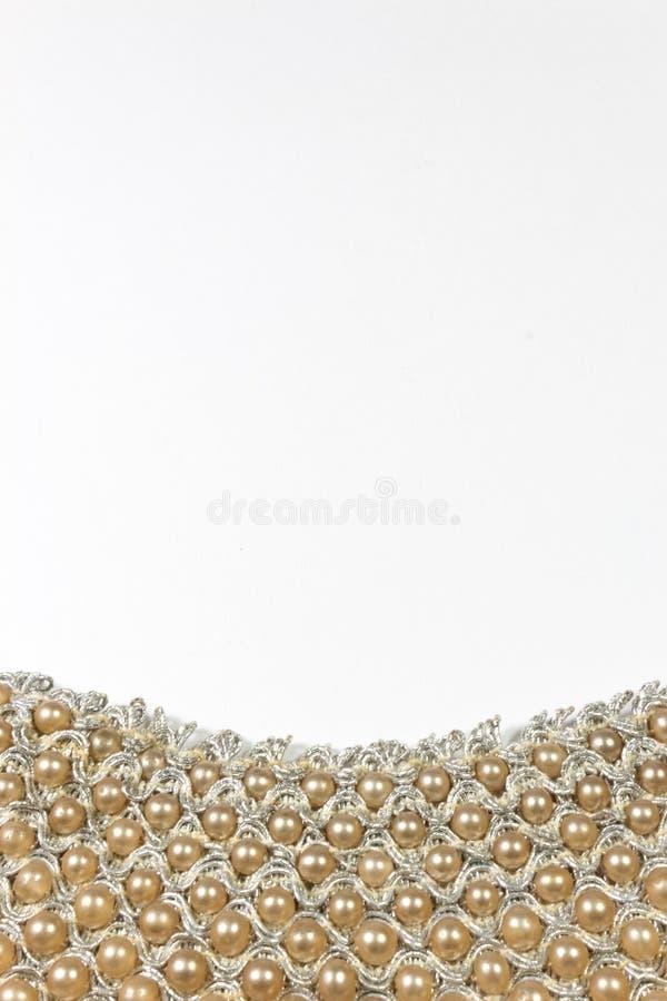 Detail van een geparelde kraag met fauxparels tegen een witte achtergrond royalty-vrije stock foto's