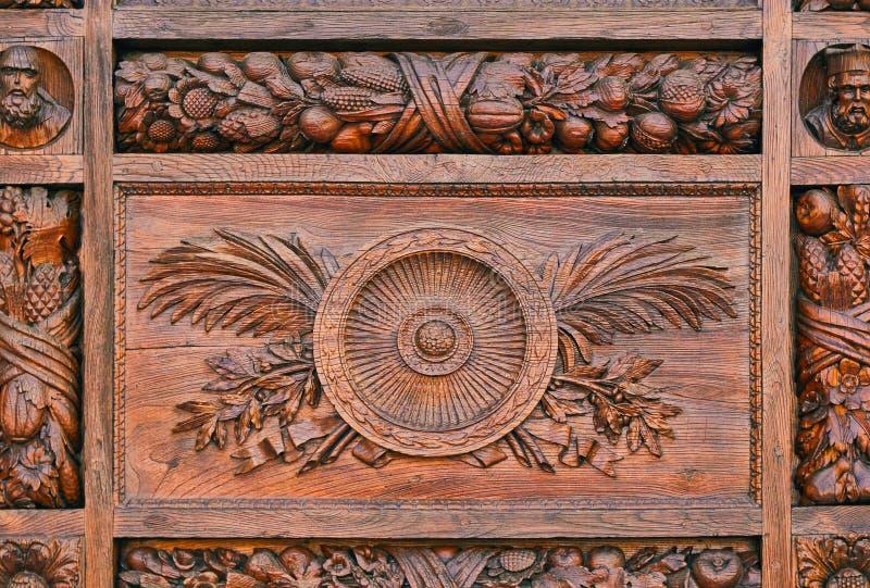 Detail van een gesneden patroon op de houten deur stock fotografie