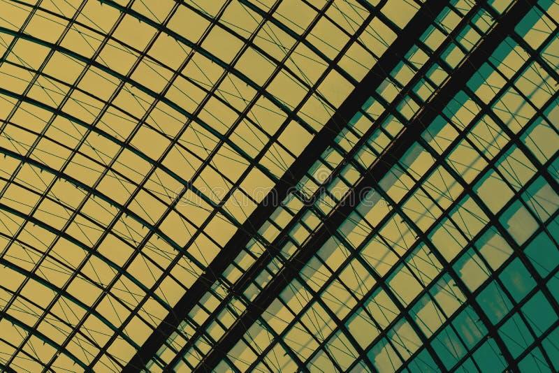 Detail van een glaskoepel met een close-up van het metaalkader, anker Grafische textuur voor een moderne achtergrond royalty-vrije stock fotografie