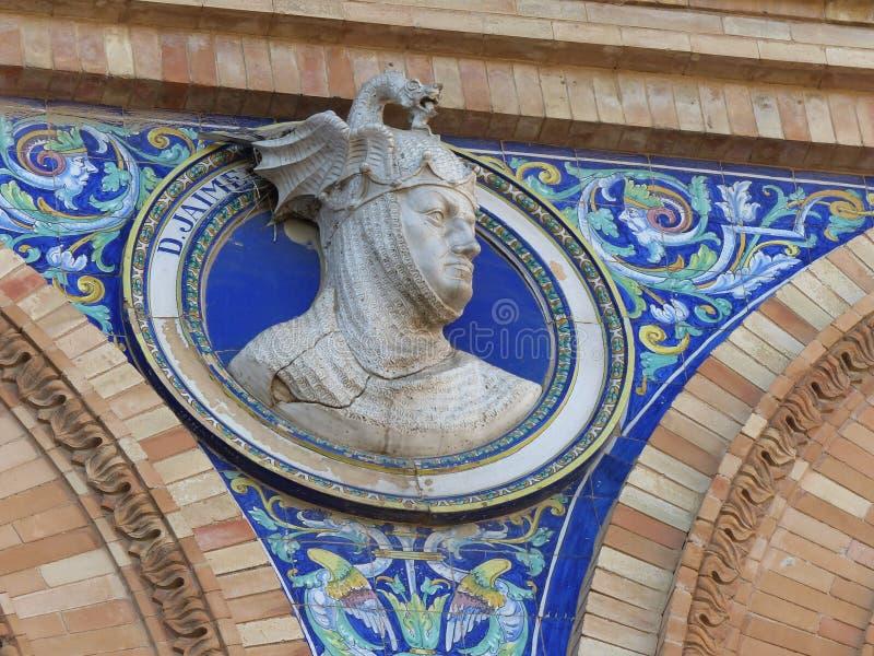 Detail van een hoofd van een standbeeld binnen een keramiekmedaillon als decoratie van het plein DE espana aan Sevilla in Andalus stock foto's