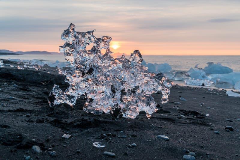 Detail van een ijzig fragment van ijs bij Jokulsarlon-gletsjerzwarte stock afbeelding