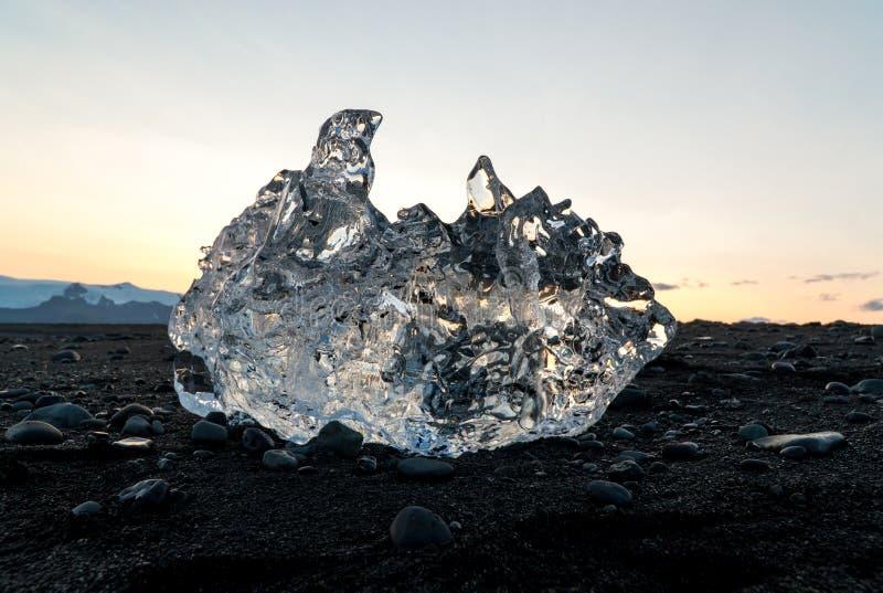 Detail van een ijzig fragment van ijs bij Jokulsarlon-gletsjerzwarte stock foto