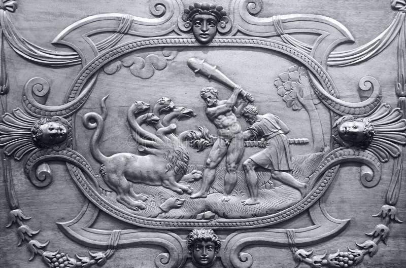 Detail van een kabinet met beelden van heldhaftige akten van Heracles stock foto's