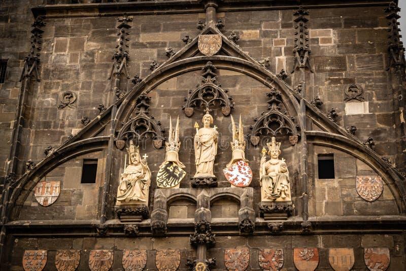 Detail van een kant van de brugtoren in Praag met standbeelden stock foto's