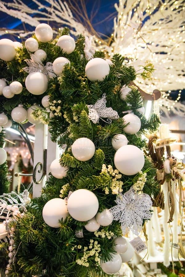 Detail van een Kerstmisdecoratie met witte ballen stock foto's