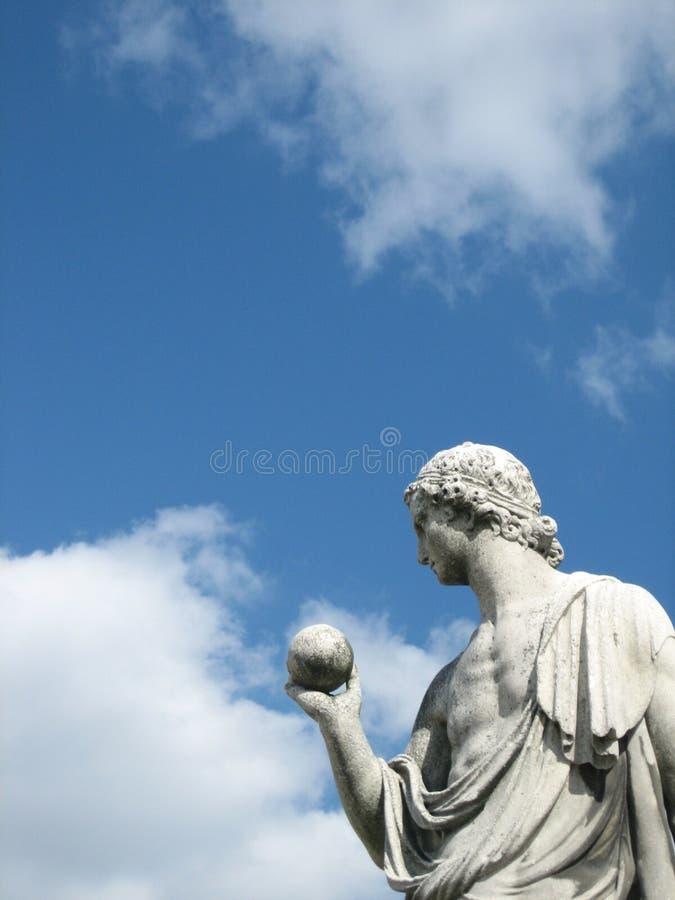 Detail van een marmeren beeldhouwwerk van een mens met een bol in Schönbrunn in Wenen stock afbeeldingen