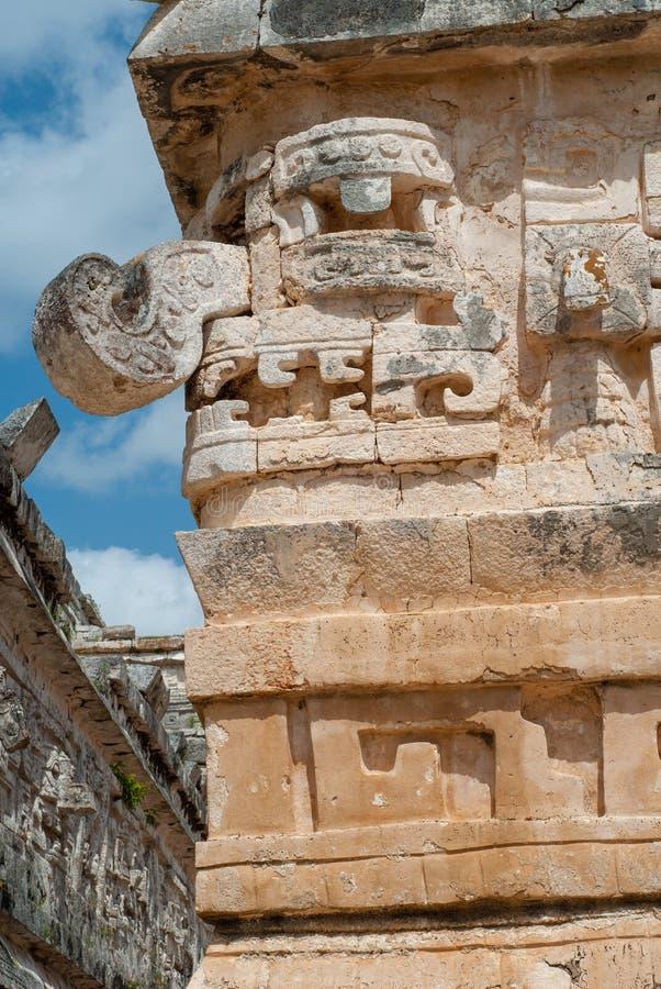 Detail van een mens met een zuigorgaan, als decoratie op de Mayan tempel, op het archeologische gebied van Chichen Itza wordt geg stock afbeeldingen
