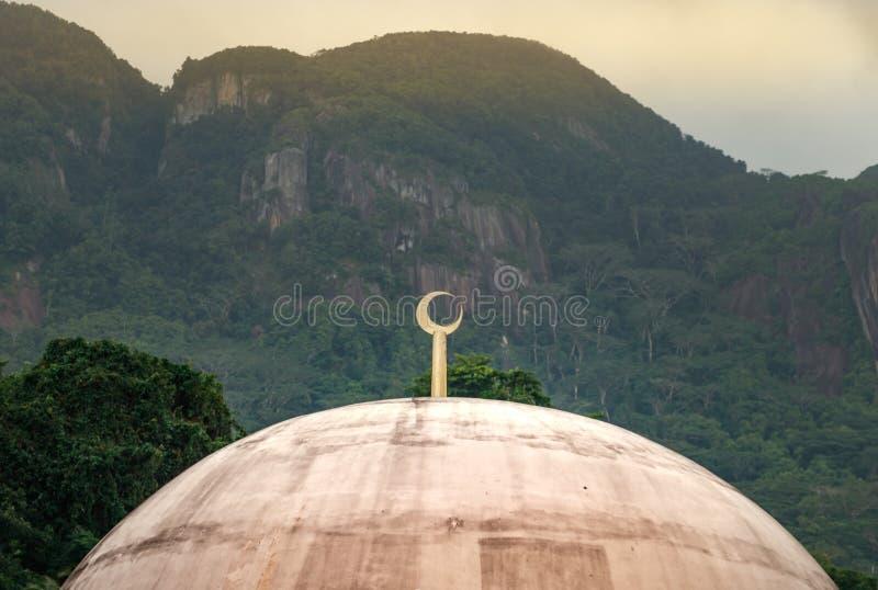 Detail van een moskeekoepel met een gouden maan op de bovenkant in Victoria, Seychellen stock foto's