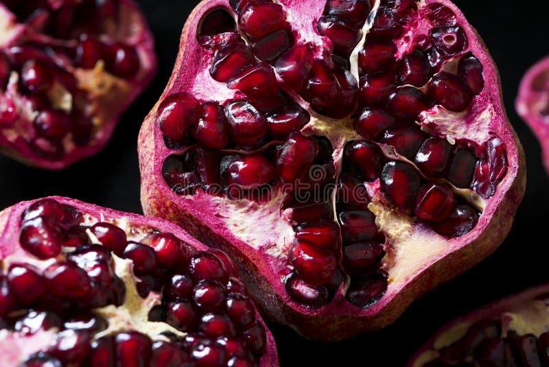 Detail van een open granaatappel stock afbeeldingen