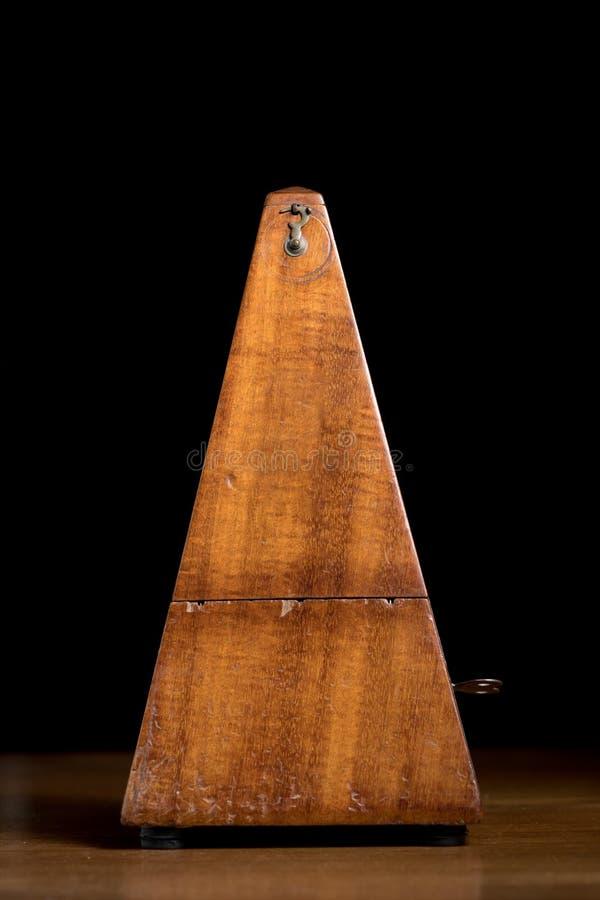 Detail van een oud mechanisch muzikaal metronoom royalty-vrije stock foto