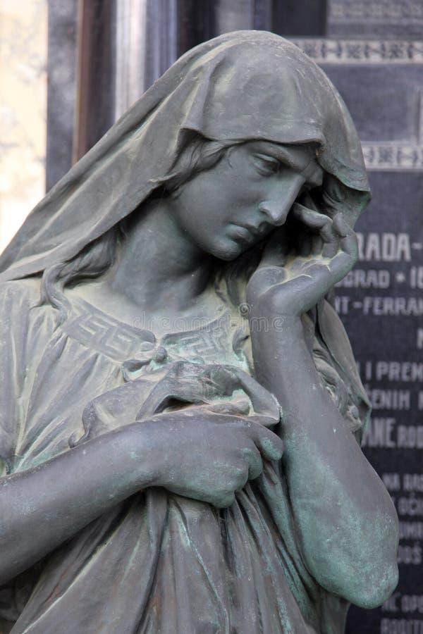 Detail van een oude grafsteen bij de centrale begraafplaats in Zagreb royalty-vrije stock fotografie