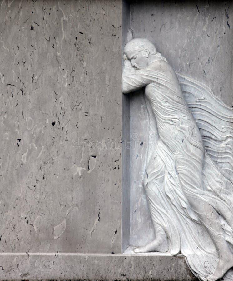 Detail van een oude grafsteen bij de centrale begraafplaats in Zagreb stock foto's