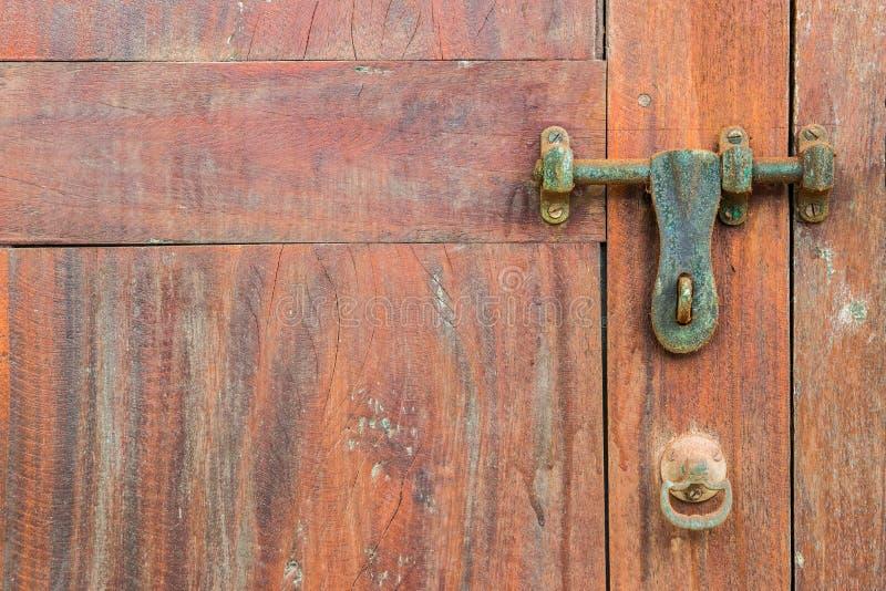 Detail van een oude houten deur met een klink royalty-vrije stock fotografie