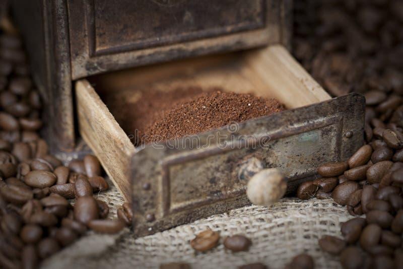 Detail van een oude koffiemolen met koffiebonen stock afbeeldingen