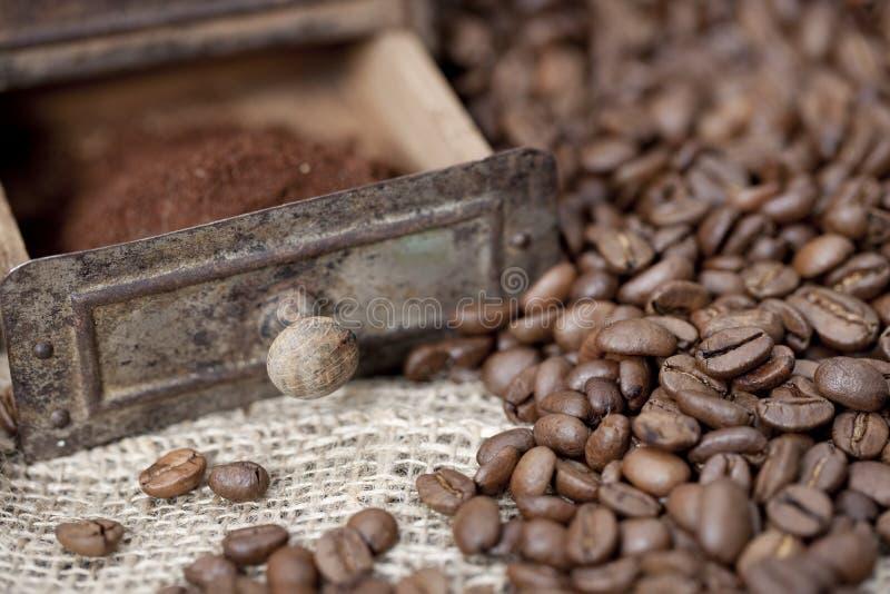 Detail van een oude koffiemolen met koffiebonen royalty-vrije stock afbeeldingen