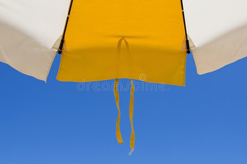 Detail van een strandparaplu met kant op de bodem van blauw s stock foto's