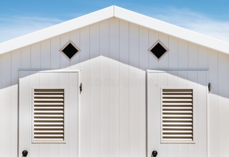 Detail van een witte houten kleedkamer ter beschikking van swimme royalty-vrije stock fotografie