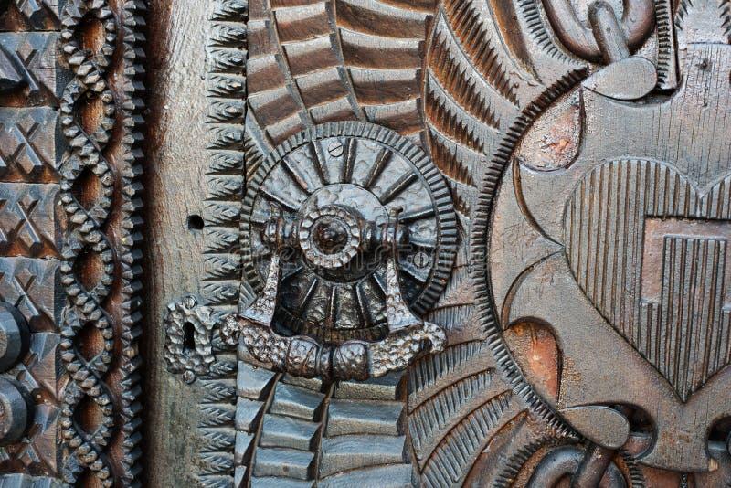 Detail van een zeer oude deur van het ijzermetaal, kloppers stock foto