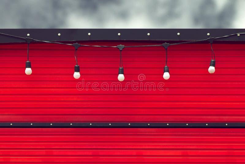 Detail van gesloten rode voedselvrachtwagen met gloeilamp stock foto's