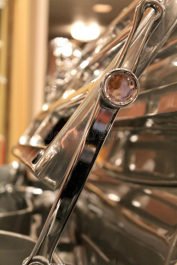 Detail van gevouwen zetel op rug van zilveren open tweepersoonsauto stock fotografie
