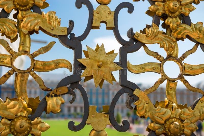 Detail van gouden ijzerpoort bij het paleis van Katherine ` s stock foto's