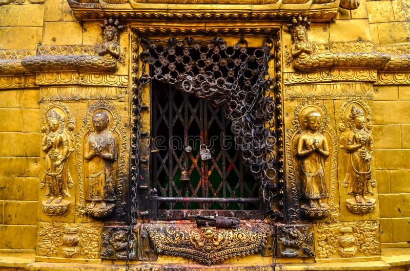 Detail van gouden standbeelden in boeddhistische en Hindoese tempel, Katmandu stock afbeelding