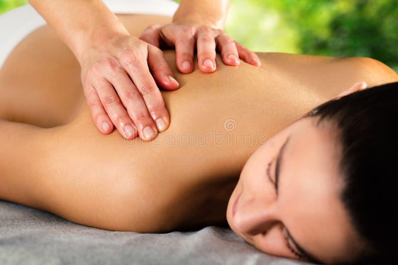 Detail van handen die vrouwelijke schouder masseren royalty-vrije stock afbeeldingen