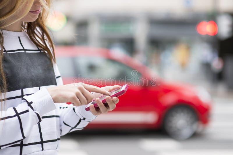 Detail van handen met cellphone in de straat, moderne levensstijl c royalty-vrije stock foto