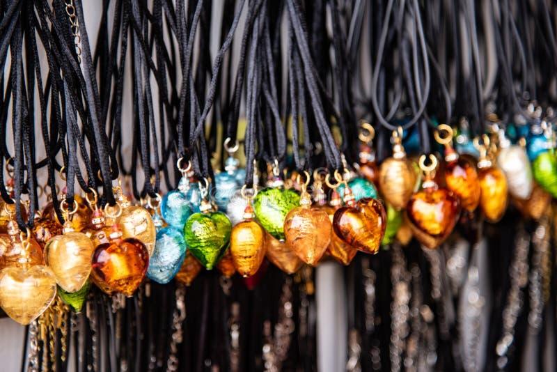 Detail van hart-vormige halsbanden in Murano-glas Artistieke totstandbrenging typisch van het Venetiaanse eiland stock fotografie