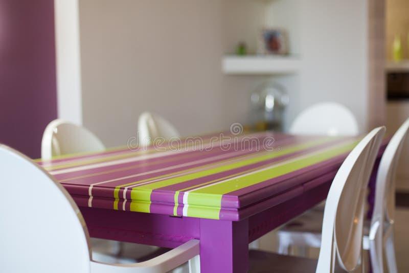 Detail van het dinning van ruimte met kleurrijke lijst en stoelen royalty-vrije stock foto