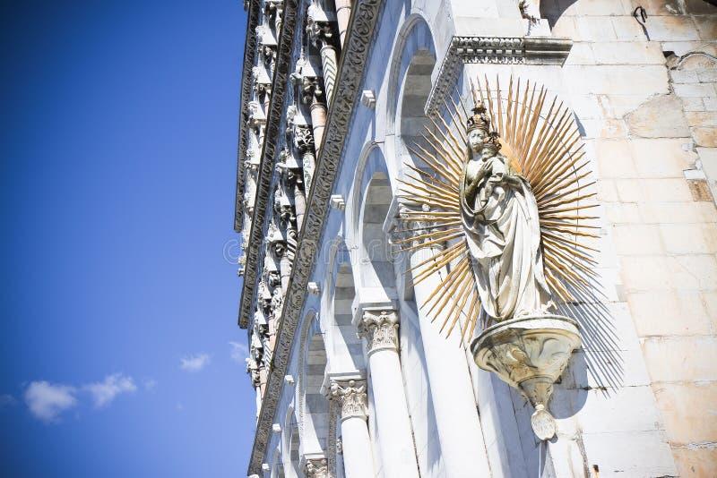 Detail van het Maagdelijke beeldhouwwerk van Mary met Jesus stock afbeelding