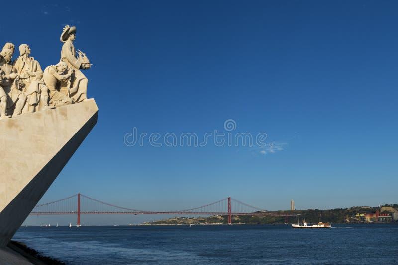 Detail van het Monument van Dos Descobrimentos van Ontdekkingenpadrao in de Tagus-Rivier in Lissabon, Portugal, met 25 van April stock foto