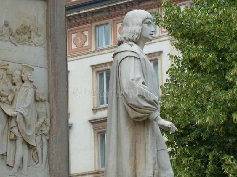 Detail van het monument van Leonardo da Vinci met een standbeeld van een jonge discipel milaan Itali? royalty-vrije stock afbeelding