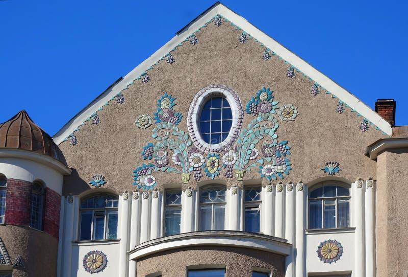 Detail van het ontwerp van de voorgevel van een woningshuis in de Art Nouveau-stijl op Klinsky-Weg stock afbeelding