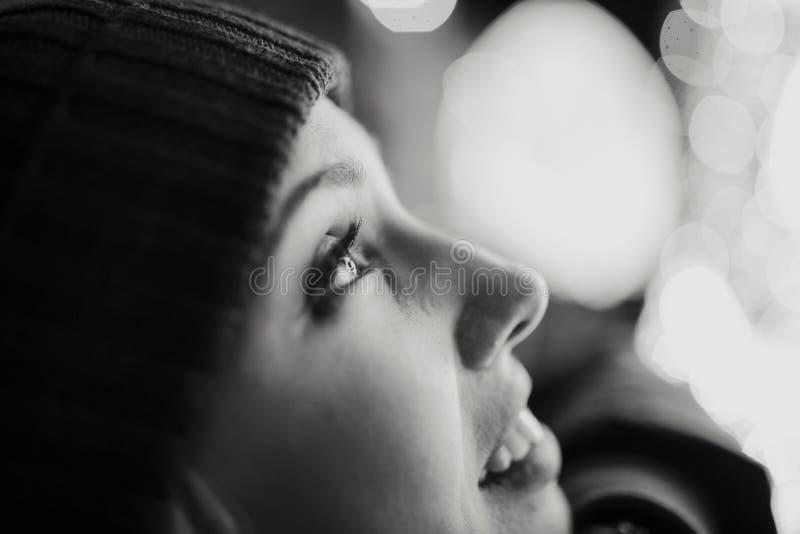 Detail van het oog van witte vrouw terwijl het letten van stads op lichten in de stad royalty-vrije stock afbeelding