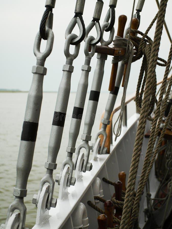 Detail van het optuigen van een varend schip stock foto