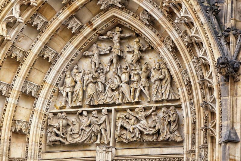 Detail van het portaal van de kathedraal van Heilige Vitus met beeldhouwwerken stock foto