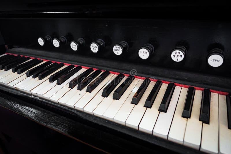 Detail van het toetsenbord van een oud orgaan stock afbeelding