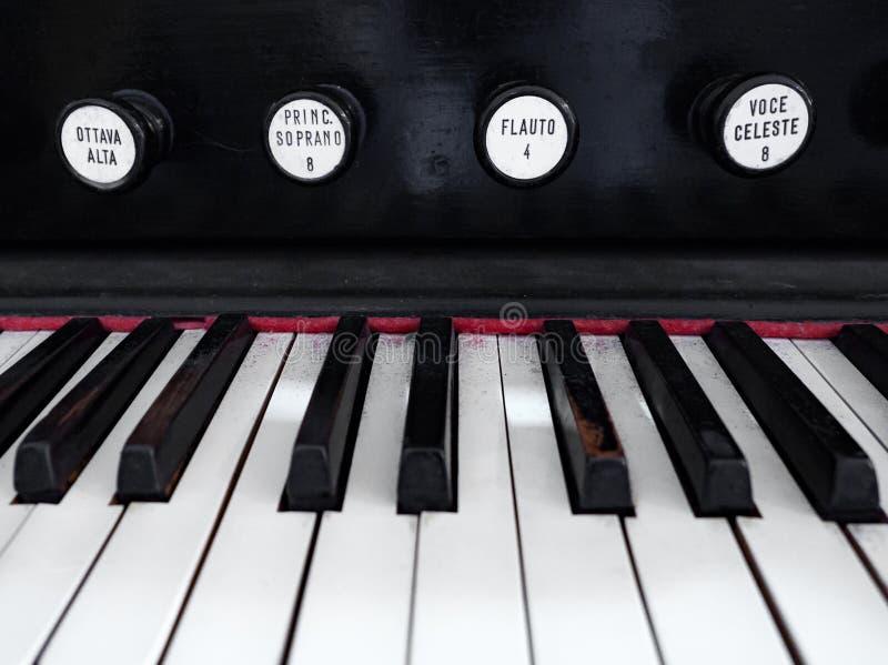Detail van het toetsenbord van een oud orgaan stock afbeeldingen