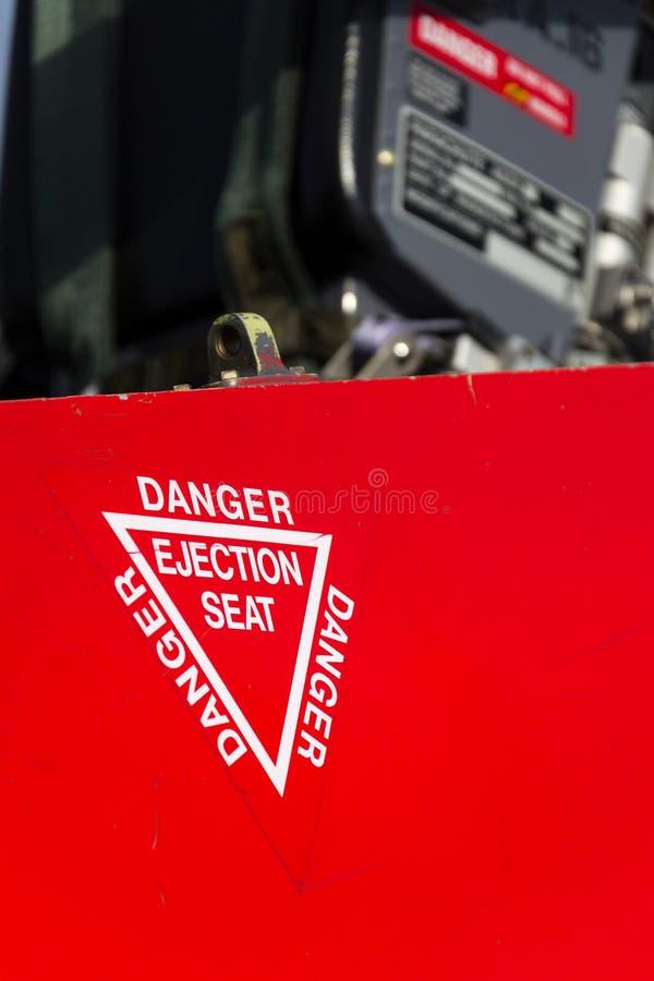 Detail van het waarschuwingsbord van de gevaarsschietstoel op vliegtuig royalty-vrije stock foto