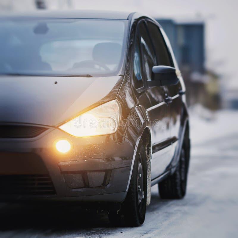 Detail van hoofdlicht op een moderne auto Close-up van achterlicht, nieuw net geleid achter 's nachts stoplicht stock fotografie