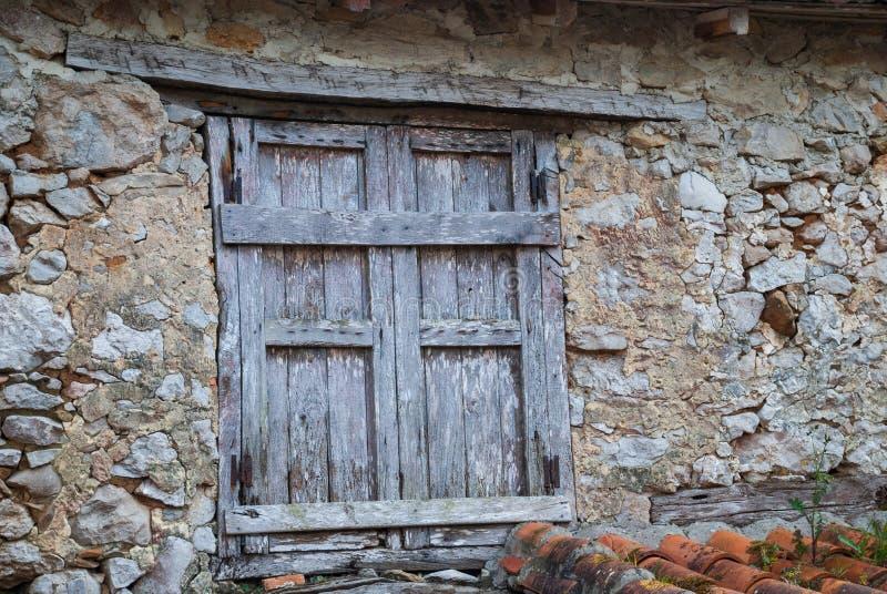 Detail van houten venster in een vernietigd steenhuis royalty-vrije stock fotografie