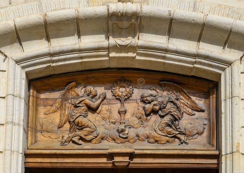 Detail van houthakken boven de deur, Antibes Cathedral, een rooms-katholieke kerk in de stad Antibes op de Franse Riviera royalty-vrije stock foto's