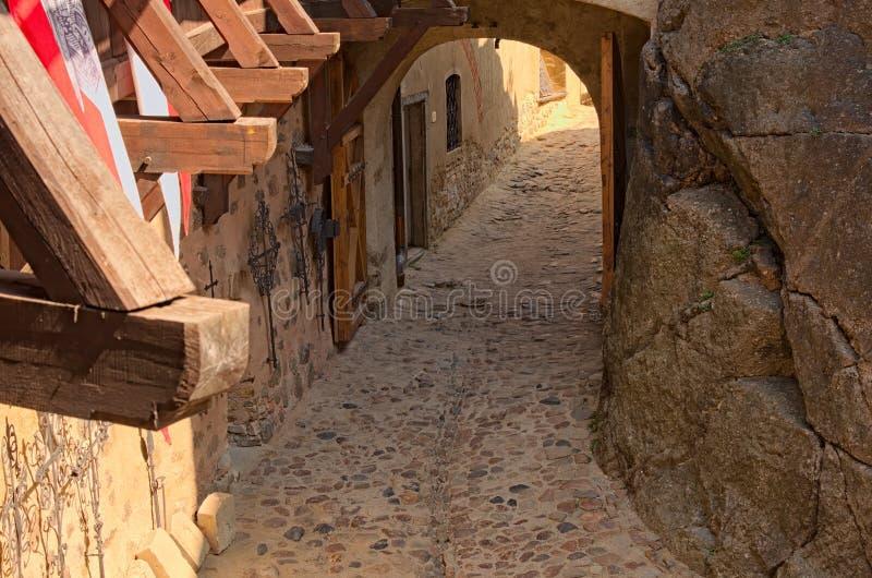 Detail van ingang in oud Loket-Kasteel Mening in de binnenplaats van het kasteel tegen de zomerdag stock foto